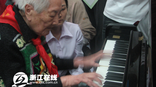 97岁老教师再上音乐课