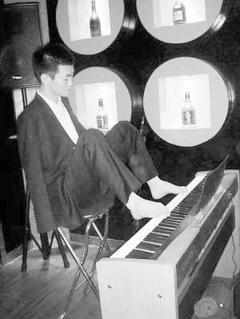 身残志坚 无臂小伙用脚弹钢琴