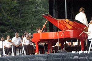 郎朗献艺纽约中央公园 拍卖斯坦威钢琴助川赈灾
