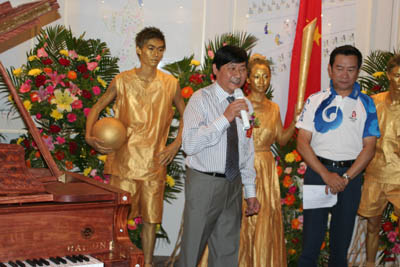 实木雕刻钢琴轰动北京 29位奥运艺术家共同奏响