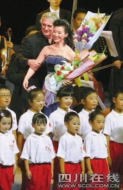 多明戈宋祖英与百名四川地震灾区儿童同台歌唱