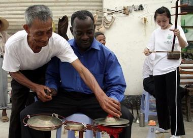 非洲学生学中国乐器