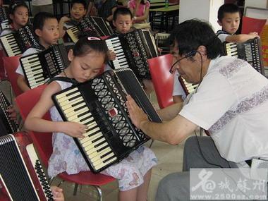 拥有166台手风琴 老演奏员社区免费开音乐班