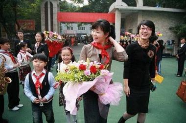 陈萨重回儿时母校 办音乐会回报家乡父老