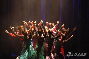 西班牙红白舞王激情对舞 4米长裙火辣摇曳