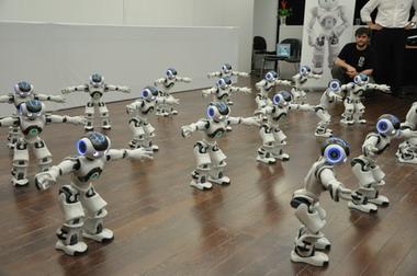 """20个机器人在世博法国馆同跳集体舞蹈 创""""世界第一"""""""