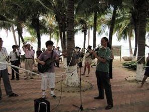 三亚街头艺人用鼻通过125米软管吹奏葫芦丝