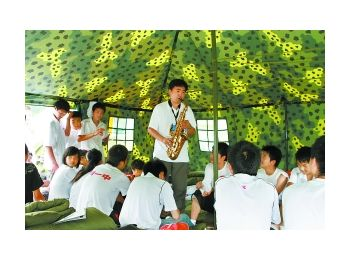 第一支音乐心理援助队让北川学生露出笑脸